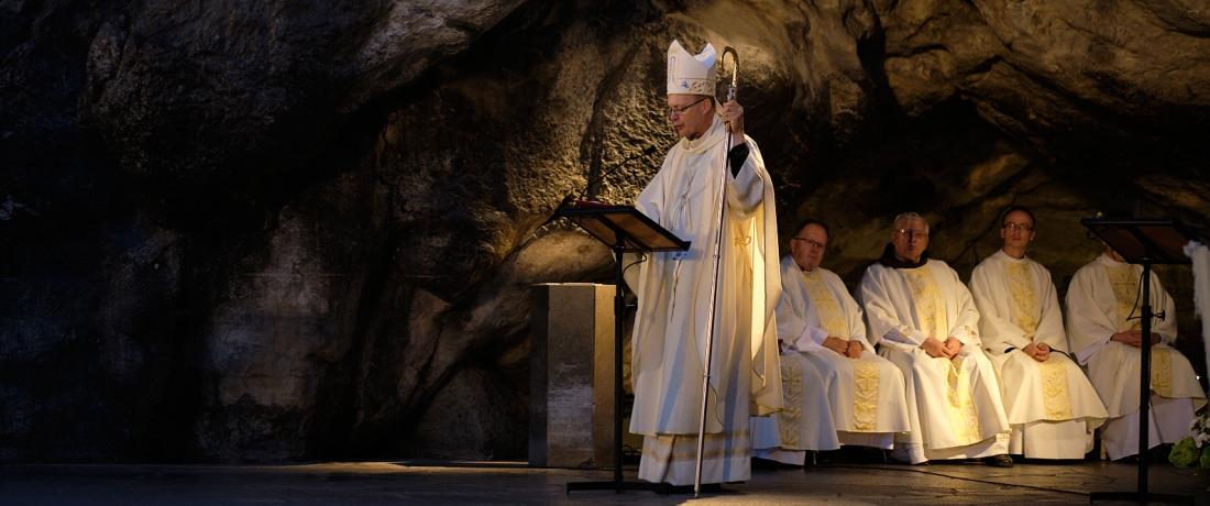 Mše svatá před jeskyni zjevení